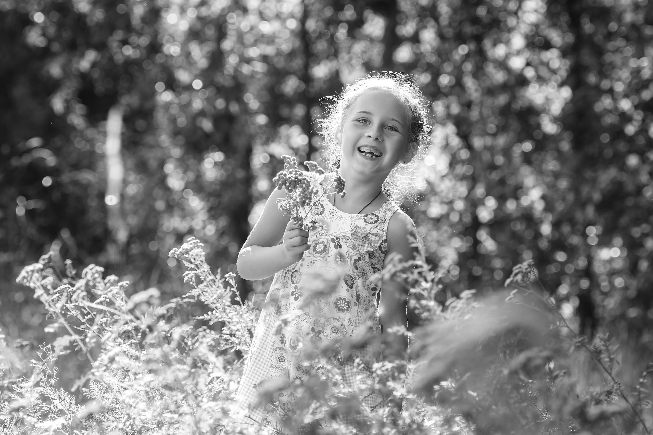 Familienfotografie-Braunschweig-Maedchen-Blumen
