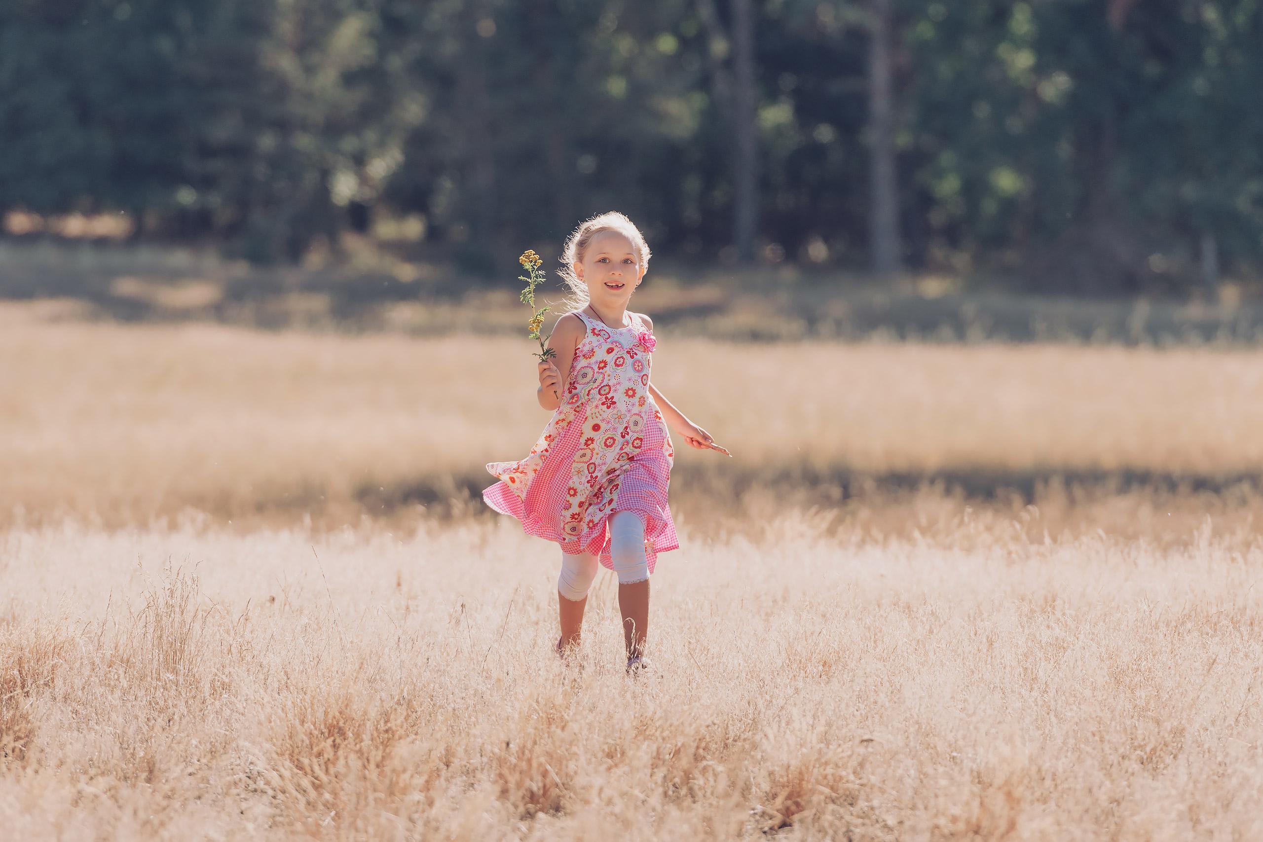 Familienfotografie-Gifhorn-Maedchen-Blume