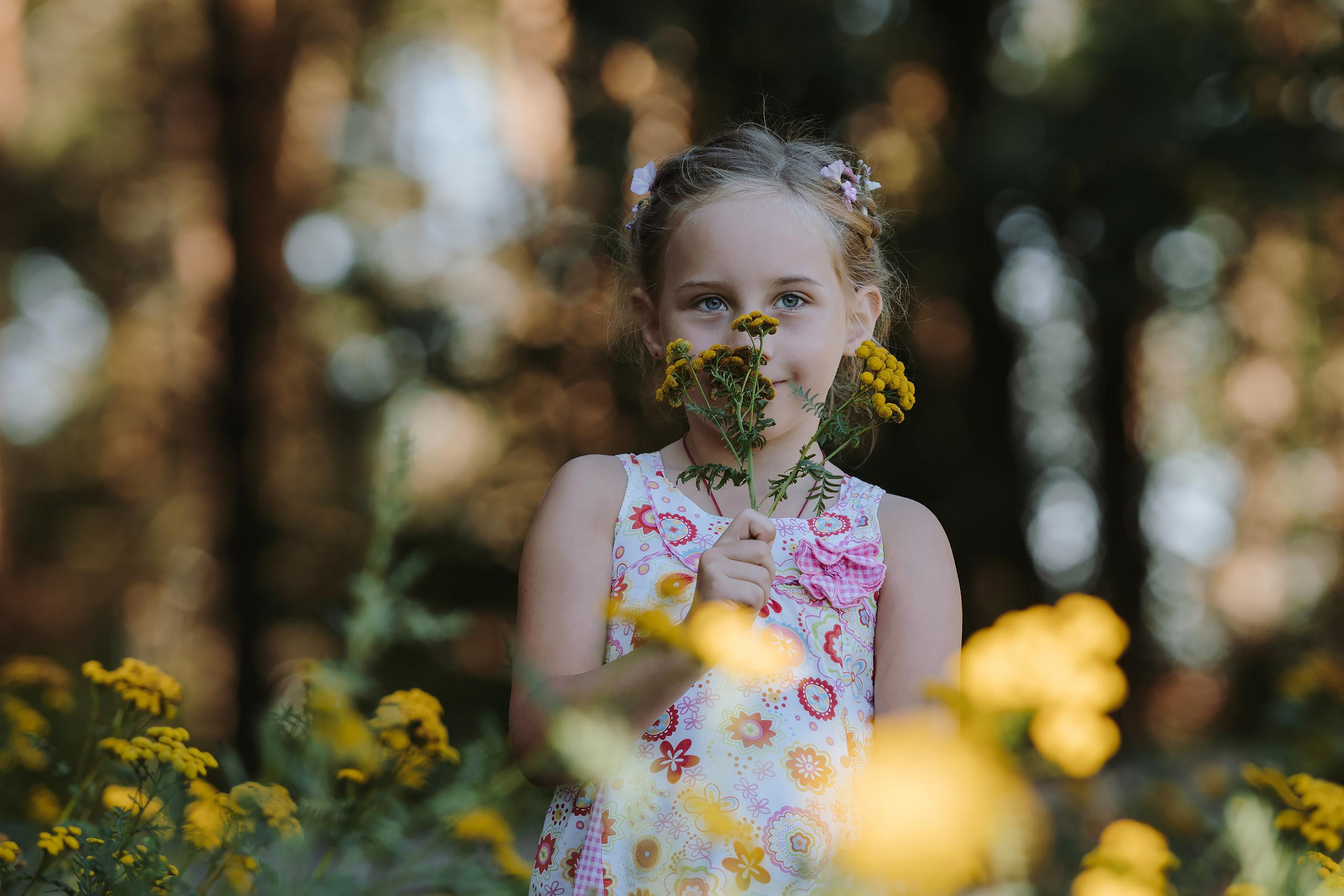 Familienfotografie-Wolfsburg-Maedchen-Blume
