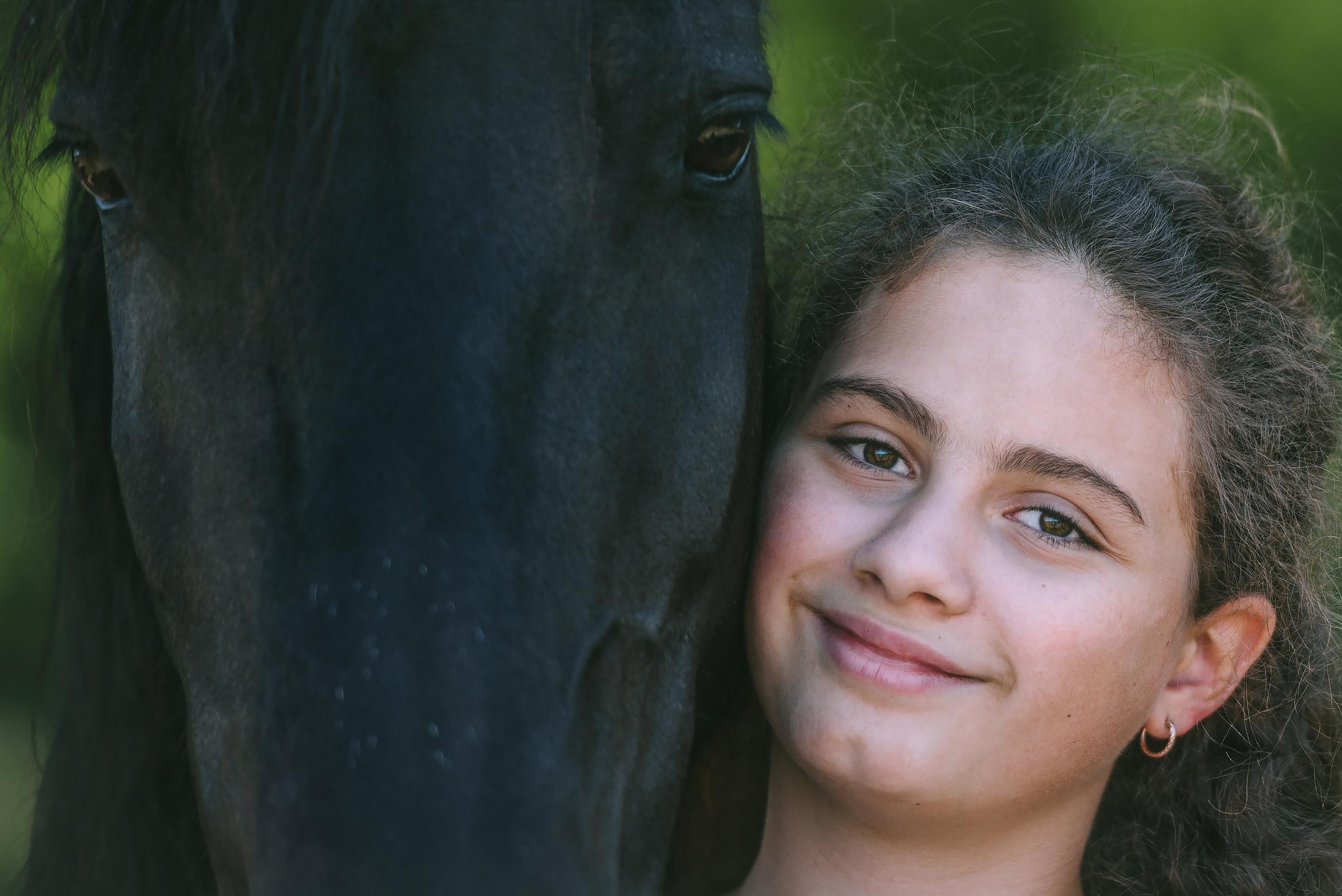 Familienfotografie-Wolfsburg-Maedchen-Pferd